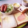 ハムチーズトースト、ソーセージサラダ、ヨーグルト。