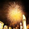 能登町鵜川「にわか祭り」の武者絵大奉燈を花火と一緒に撮る