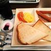 「カフェ・ド・クリエ」の「よくばりモーニングプレート ソーセージ&たまご」