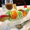 色鮮やかなクリームソーダに飾られた赤いさくらんぼとプリンアラモード