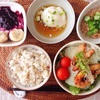 揚げいか玉ねぎレタスサラダ 、温泉玉子、おくら小粒納豆、ブルーベリーバナナヨーグルト。