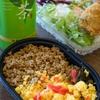 鶏そぼろ三色ご飯+鶏ささみ大葉巻きフライ+8品目のミックス野菜サラダ