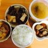 朝昼ごはん。肉豆腐、団子汁の残り、煮物の残り、スパオム