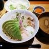 黒ぶたやで希少な六白黒豚の温玉アボカド丼ランチ @LUMINE横浜