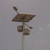 太陽光発電パネルとバッテリーを組み込んだ道路灯