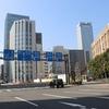東京の街をいく