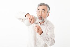 アルコール性認知症とはどんなものでしょうか?原因・症状・治療法を教えてください。高齢の父親が当てはまるのではないかと、気になっています。