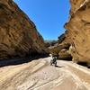 崖の谷間を進むオフロード林道 in アンザ・ボレゴ、コケて泥と格闘。 | カリフォルニアのオフロード