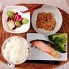 焼き鮭、小粒納豆、ぶどうバナナヨーグルト。