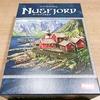「ヌースフィヨルド(Nusfjord) 日本語版」〈ボードゲーム〉:深夜のダイニング。フィヨルドに囲まれた美しい静かな村で、ニシン御殿の夢を見るひと時。