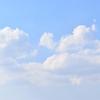週末ライフ。「白い雲をたなびかせ広がる夏の青空に気分も晴れる休日の午後」。