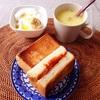 ミートソースチーズトースト、コーンスープ、バナナヨーグルト。