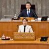 16日、神山県議が代表質問。台風被害の被災者支援で国の支援基準の見直しとともに、県にも更なる経済支援を求めました。