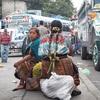 グアテマラのバスターミナルにてバスを待つ親子 今日の1枚