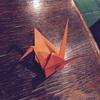 鶴を折る私。