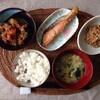 味噌汁、肉じゃが、焼き鮭、納豆。