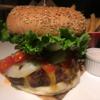 フォーポイントバイシェラトン 名古屋 中部国際空港で食べるハンバーガーは超巨大サイズ 喰いにくいがうまい。