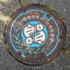 長野県北安曇郡池田町のマンホールの蓋は、「てるてる坊主」が描かれているよ。