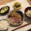 ごはん、茹で豚(ネギ塩)、大根の煮物、きゅうり梅和え、(おとな)アボカド、厚揚げのスープ