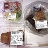 【低コストランチシリーズ】そば、チキンフライ、オニオンサラダ。