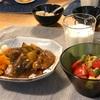 カレーライス、アボカドとトマトのサラダ