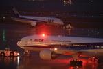 雨の羽田空港第2ターミナル 展望デッキで、飛行機夜景を楽しむ。