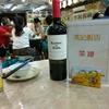 香港地元飯、熟食中心:牛柏葉のピリ辛炒め、イカのすり身の揚物、腸の揚げたの、ホルモンの炒め物など(香港仔街市)