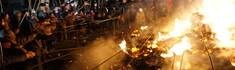 多摩川の河原で福餅を焼く「どんど焼き」へ