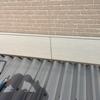 三条市四日町で庇の取り付け工事。玄関とカーポートの隙間の雨を防ぎます。