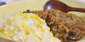 お裾分けの野菜で作ったカレーとトウモロコシご飯