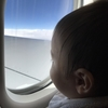 赤ちゃんはいつから飛行機に乗れる?機内ベッド・座席・耳抜きの紹介!