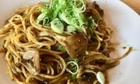 """【レシピ】海苔とニンニクの風味が抜群!ごはんですよを使った""""きのことニンニクの海苔パスタ"""""""