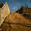 「道路と土手と塀」