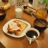 ホステルで朝食 トマトトースト コーヒー