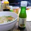 【今日の食卓】スーパーで買った大分県のかぼす果汁。以前に大分のネットつながりの方から果実をたくさんいただいて夫婦で病みつきに。タイのクィッティオ(米粉麺の汁そば)で、酸味が欲しくなりかけてみたら独特の香りが広がり超美味。 #食探三昧 #かぼす