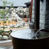 関西最大級のスーパー銭湯は赤茶色。源泉かけ流しもあるけれど、ちょっとお高め。湯の華廊