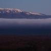 周囲の山もすっかり白くなって (28日の高原)