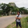 バガン観光2日目はポッパ山観光。タウン・カラッの777段の階段を登りきりました。【2016年7月ミャンマー旅行記19】