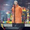 リアム・ギャラガー、マンチェスター追悼コンサートで京都ブランド「SASSAFRAS」のパーカー着用