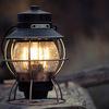 キャンプにアンティークな灯火。ベアボーンズのレイルロードランタンLED。