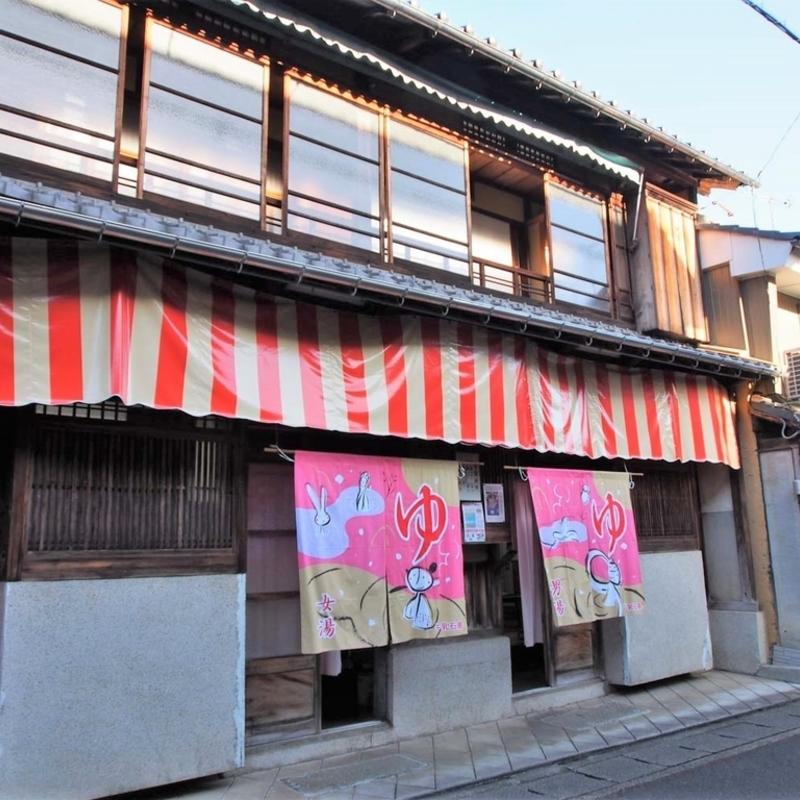 西舞鶴の漁師町に佇む総二階の木造レトロ銭湯「日の出湯」へ