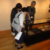 林芙美子研究家の浦野利喜子さんと小学館の第三コミック局ビッグ企画室編集長の小野綾子さんが芸術資料館を訪れた