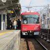 甚目寺にとまるあっかい電車のせなか - 2018年10月26日