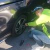 自動車用パンク修理キットを使って、自動車のパンク修理を初体験。