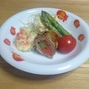 4歳児ゆうゆうの夕飯メニュー「肉巻きとポテサラコールガローニのアスパラ・トマト添え」 より。
