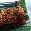 これがチキン叩き料理 Ayam Penyet