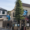 神戸・北野通りにブルーのサンタ。