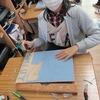 6年生:図工 木版画の自画像 彫り進める