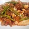 【親鳥とニンニクの芽の豆板醬炒め】歯応えと旨味十分の「親鳥」は大人向けの味だ。