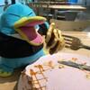 パンケーキは別腹だよ!ダイエットペンギンも夢中だ(その2)(200)